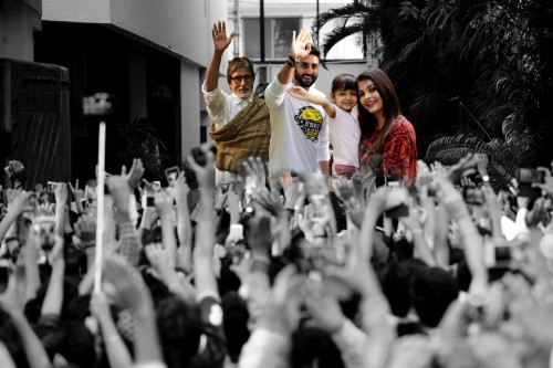 Amitabh Bachchan and family meets their fans infront of their Jalsa bungalow