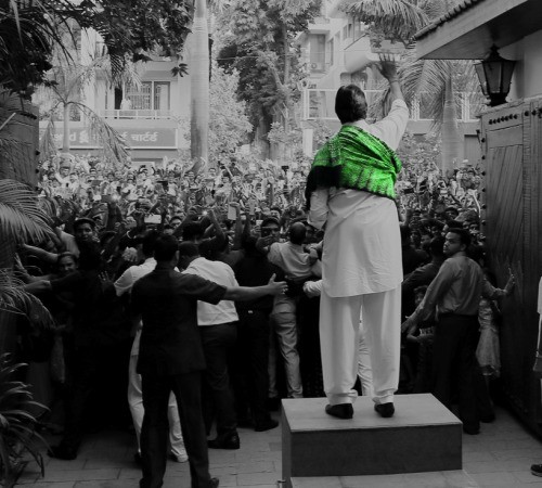 Amitabh Bachchan meets their fans infront of their Jalsa bungalow