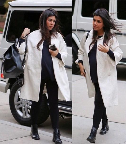 Pregnant Kourtney Kardashian Flaunts her Baby Bump
