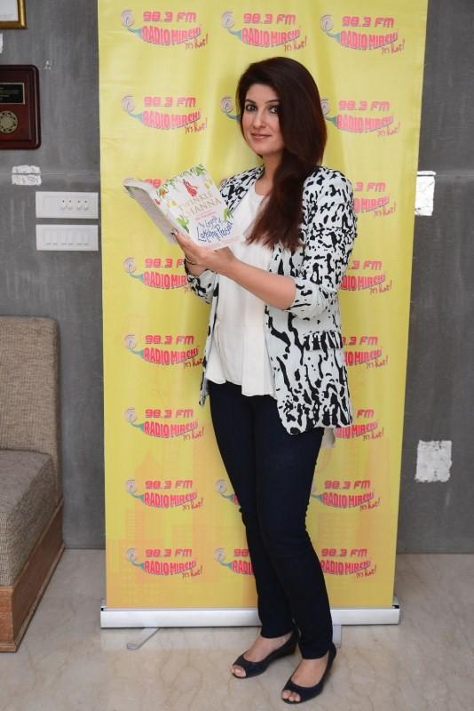 Twinkle Khanna,Twinkle Khanna at Radio Mirchi,Twinkle Khanna promotes her book,Radio Mirchi 98.3 Studio,Twinkle Khanna latest pics,Twinkle Khanna latest images,Twinkle Khanna latest photos,Twinkle Khanna latest stills,Twinkle Khanna latest pictures
