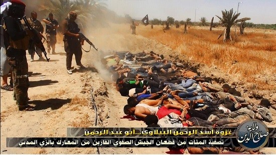 ISIL militants killing captured Iraqi soldiers