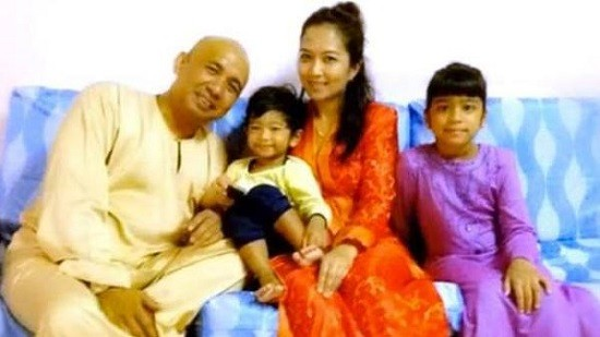Zaharie Ahmad Shah, the captain of the missing Malaysia Airlines flight with his wife and daughters.