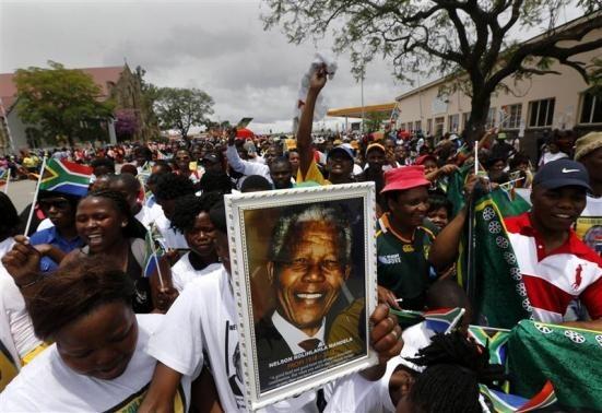 Thousands greet Mandela