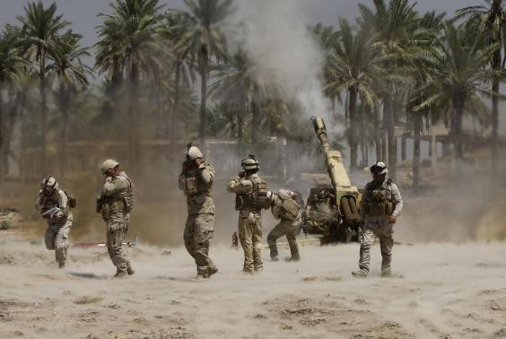 Iraqi soldiers fire artillery towards Isis targets inside Tikrit