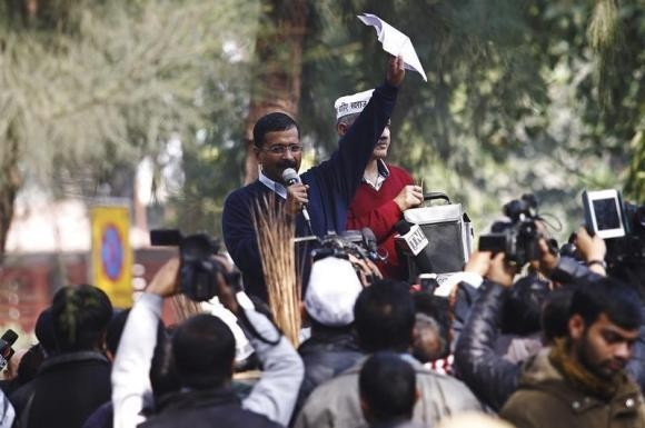 Delhi's Chief Minister Arvind Kejriwal (C), leader of the Aam Aadmi (Common Man) Party (AAP), addresses his supporters during a protest in New Delhi January 20, 2014.
