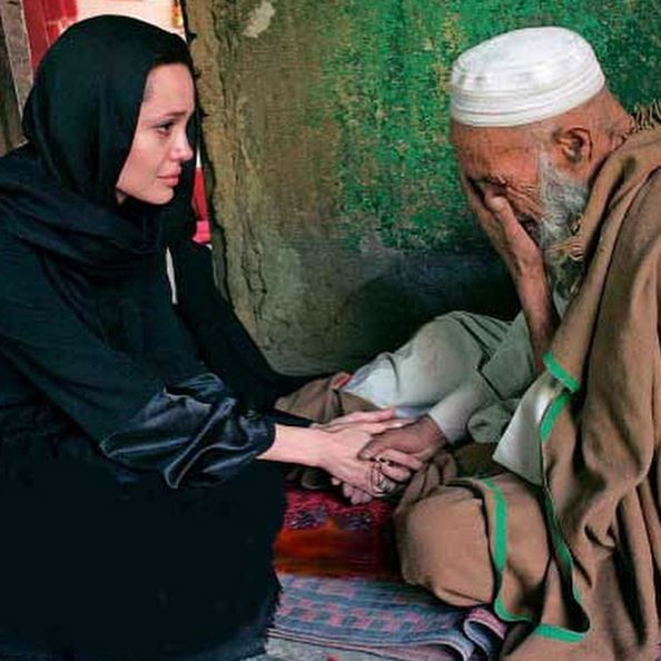Angelina Jolie felt emotional when she met war victims.