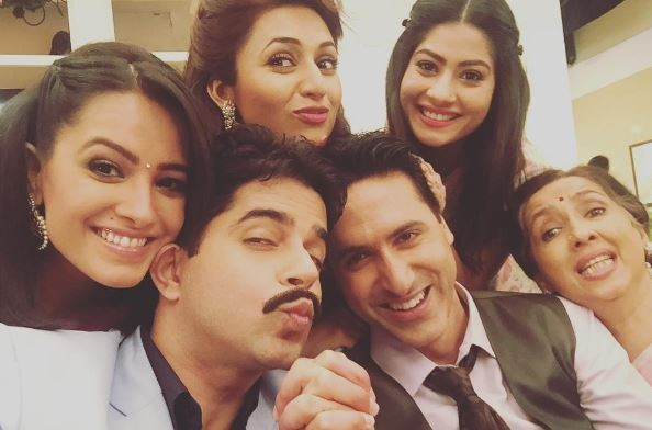 """Yeh Hai Mohabbatein"" actors shoot crazy videos on sets. Pictured: ""Yeh Hai Mohabbatein"" actors Anita Hassanandani (on the left), Divyanka Tripathi, Raj Singh Arora and others."