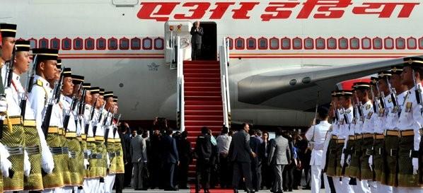 Modi arrives in Singapore,PM Narendra Modi arrives in Singapore,PM Narendra Modi,Modi in Singapore,Narendra Modi in Singapore,modi from Malaysia to Singapore
