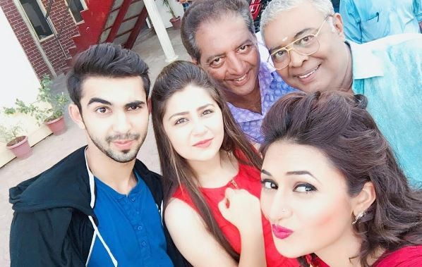 "Aditi Bhatia praised by Jeetendra. Pictured: ""Yeh Hai Mohabbatein"" co-stars Divyanka Tripathi, Aditi Bhatia, Abhishek Verma and others."