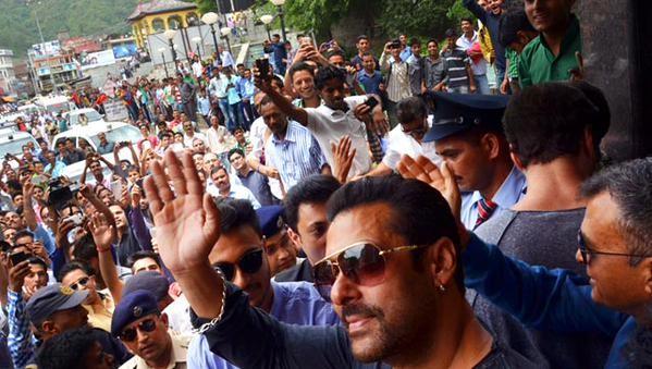 Salman Khan attends sister Arpita Khan's reception in Himachal Pradesh,Salman Khan attends sister Arpita Khan's reception,Arpita Khan's reception,Salman Khan sister Arpita Khan's reception,Arpita Khan wedding reception,Arpita Khan wedding reception pics,A