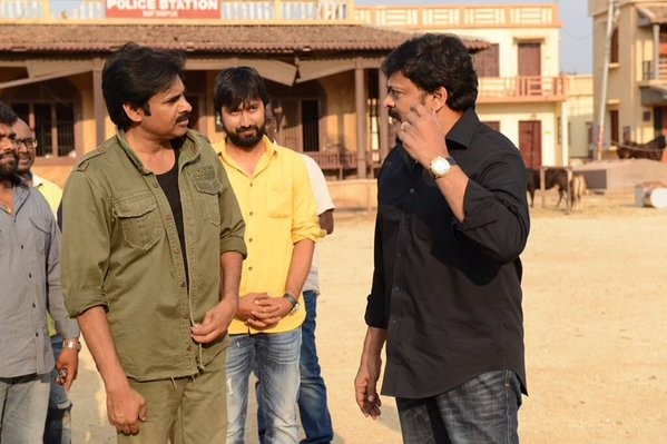 Sardaar Gabbar Singh,Pawan Kalyan,Chiranjeevi,Chiranjeevi meets Pawan Kalyan,Pawan Kalyan meets Chiranjeevi,Sardaar Gabbar Singh sets,Mega Star Chiranjeevi,Sardaar Gabbar Singh on the sets,Chiranjeevi at Sardaar Gabbar Singh sets