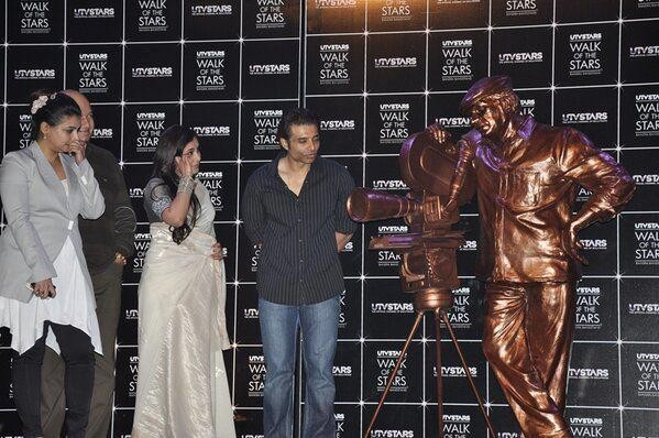 Vaibhavi Merchant, Prem Chopra, Rani Mukherjee and Uday Chopra stand next to Yash Chopra's Statue (Facebook/www.facebook.com/pages/Rani-Mukherjee)