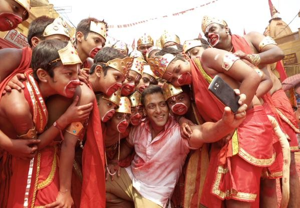 'Selfie Le Le Re' Song still from 'Bajrangi Bhaijaan'