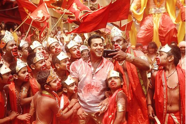 'Bajrangi Bhaijaan': Stills from 'Selfie Le Le' Song