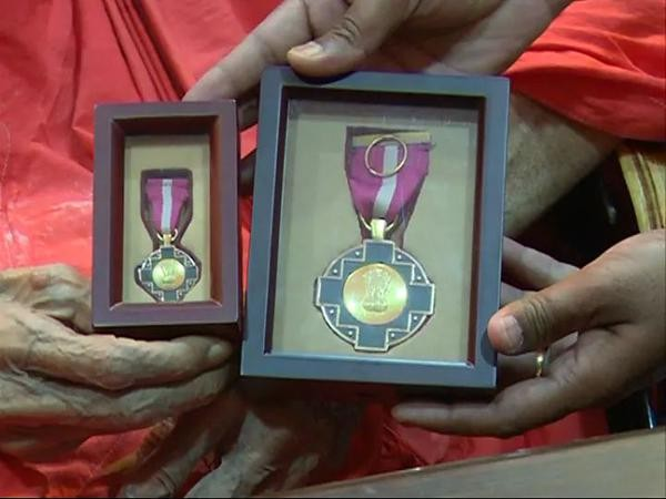 Shivakumara Swamiji Honoured with Padma Bhushan Award,Shivakumara Swamiji,Dr. Sree Sree Sree Shivakumara Swamiji,Sree Sree Sree Shivakumara Swamiji,Padma Bhushan Award,Padma Bhushan,Shivakumara Swamiji pics,Shivakumara Swamiji images,Shivakumara Swamiji p