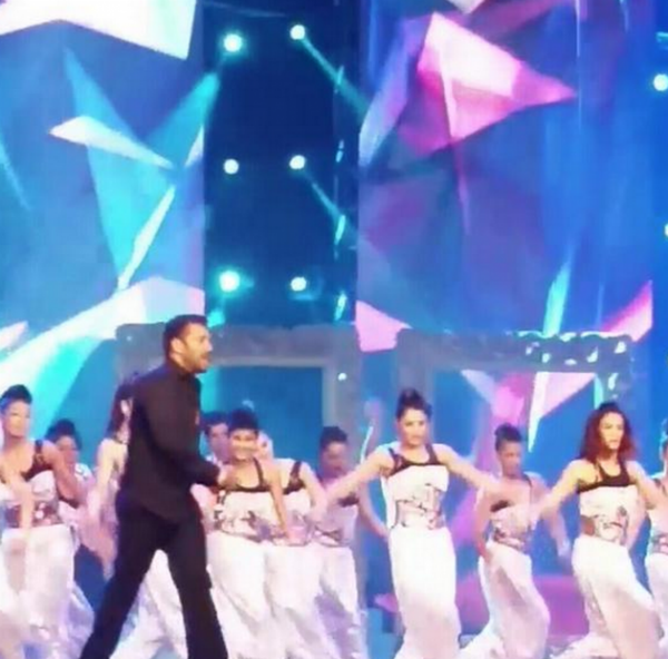 Salman Khan performance at AIBA 2015,AIBA 2015,Salman Khan dance performance at AIBA 2015,Bajrangi Bhaijaan Star Salman Khan,Arab-Indo Bollywood Awards 2015,Arab-Indo Bollywood Awards,AIBA Awards In Dubai,AIBA Awards,AIBA Awards 2015,AIBA Awards pics,AIBA