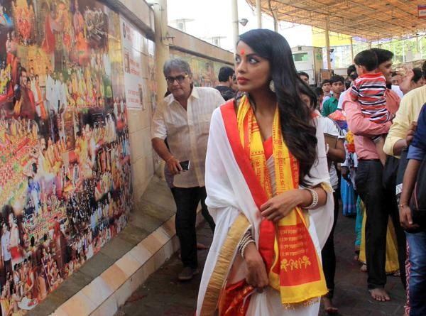 Mugdha Godse visits Siddhivinayak Temple,Mugdha Godse,Siddhivinayak Temple,Kushal Tandon,Romila,Romila movie launch,bollywood movie Romila,Romila movie pooja,Mugdha Godse and Kushal Tandon