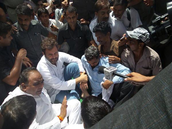 Rahul Gandhi,sanitation workers strike,East Delhi,Congress vice president Rahul Gandhi,delhi sanitation,Rahul Gandhi joins sanitation workers