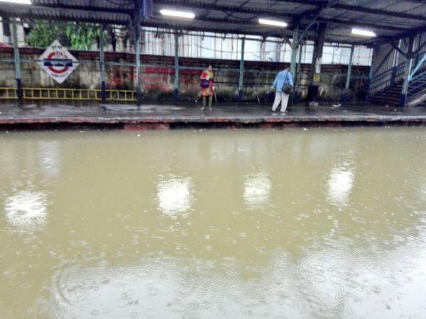 Mumbai lashed by Heavy Rains,Heavy Rain in mumbai,Mumbai hit by Heavy Rains,Heavy Rains,Heavy Rains Lash Mumbai,rain showers