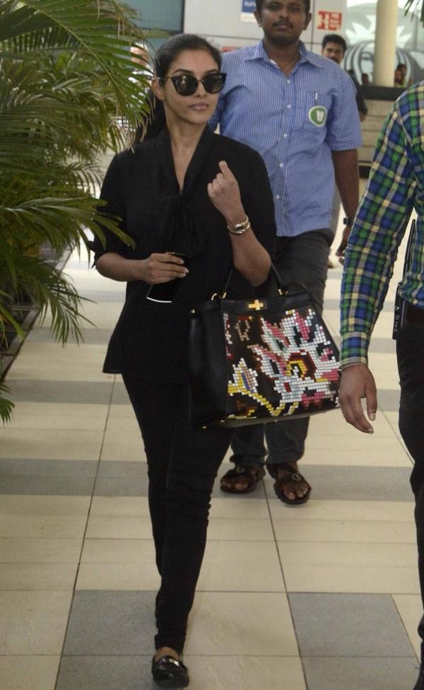 Asin,Asin thottumkal,Asin Spotted at Domestic Airport,Asin at Airport,asin pics,asin images,asin photos,asin stills,asin pictures