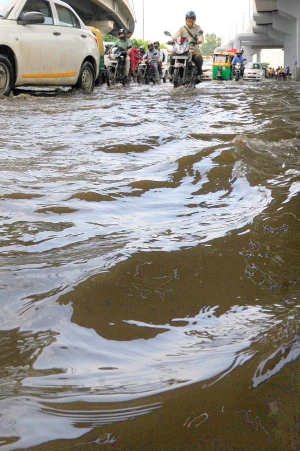 Heavy rains,Heavy rain IN Delhi,Heavy rains leads to waterlogging in Delhi,Delhi rains,Rain In Delhi,waterlogging delhi,traffic delhi