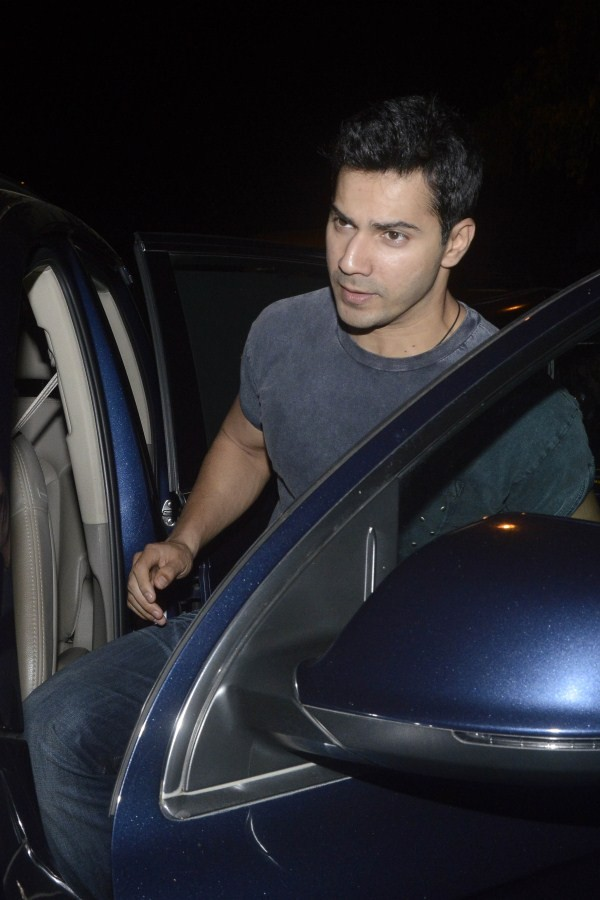 Varun Dhawan,actor Varun Dhawan,Varun Dhawan snapped at Juhu,Varun Dhawan latest pics,Varun Dhawan latest images,Varun Dhawan latest photos,Varun Dhawan latest stills,Varun Dhawan latest pictures
