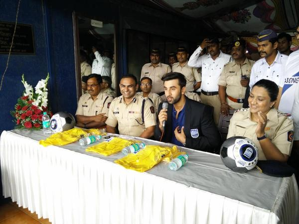Ranbir Kapoor,Ranbir Kapoor presents raincoat to Joint Commissioner of Police,Actor Ranbir Kapoor,Ranbir Kapoor latest pics,Ranbir Kapoor latest images,Ranbir Kapoor latest photos,Ranbir Kapoor latest stills,Ranbir Kapoor latest pictures,Ranbir Kapoor fel