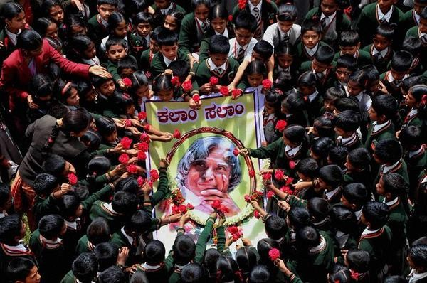 Children with Roses,Pay Tribute to People's President Abdul Kalam,Children Pay Tribute to Abdul Kalam,Tribute to Abdul Kalam,Abdul Kalam,APJ Abdul Kalam,President APJ Abdul Kalam dies,Abdul Kalam's body,Abdul Kalam dies,Former President Kalam d
