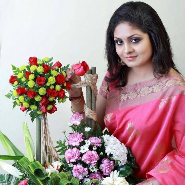 'Parasparam' Actress Gayathri Arun aka Deepthi IPS ...