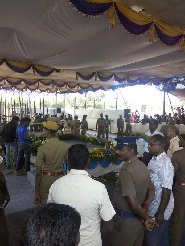 Thousands of people throng Kalam's Rameswaram house for his last glimpse,Dr APJ Kalam in Rameshwaram,Rameshwaram,APJ Abdul Kalam's body flown to Rameswaram,abdul kalam funeral,abdul kalam funeral pics,abdul kalam funeral images,Abdul Kalam'