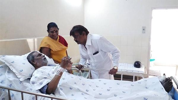 Vijayakanth meet Vinu Chakravarthy,Vijayakanth,Vinu Chakravarthy,Vinu Chakravarthy hospitalized,Vijayakanth met Vinu Chakravarthy,Captain Vijayakanth,Vijayakanth latest pics,Vijayakanth latest images,Vijayakanth latest photos,Vijayakanth latest stills,Vij