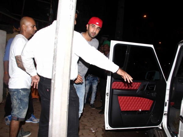 Ranbir kapoor snapped at hakim 39 s aalim salon and tattoo for Aalim hakim salon