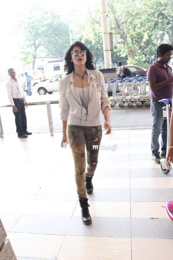 Shruti haasan,Shruti haasan spotted,Celebs airport spotted,airport spotting,celebs spotted,Shruti haasan airport,Shruti haasan to Singapore