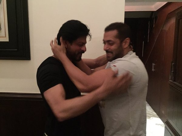 Salman Khan,SRK,Salman Khan wished Shah Rukh Khan,Shah Rukh Khan,Salman Khan hugs Shah Rukh Khan,Salman Khan hugs SRK,Salman,SRK 50th birthday Celebration,Shah Rukh Khan 50th birthday Celebration