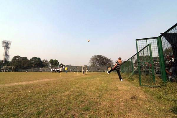 Amitabh Bachchan,Amitabh Bachchan plays football,Amitabh Bachchan plays football with kids,actor Amitabh Bachchan,Mohammedan Sporting ground,Bollywood superstar Amitabh Bachchan,Big B