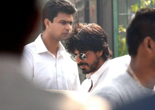 Shah Rukh Khan,SRK,Shah Rukh Khan attends father-in-law's funeral,Gauri Khan,Gauri Khan father,Ramesh Chandra Chibber,Gauri Khan's father Ramesh Chandra Chibber,Bollywood superstar Shah Rukh Khan,fan