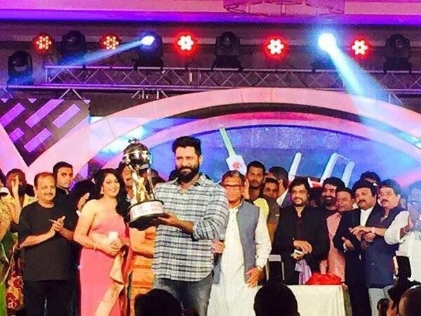 Chiyaan Vikram,Vikram,Chiyaan Vikram unveils the Nadigar Sangam Cricket tournament trophy,Vikram unveils the Nadigar Sangam Cricket tournament trophy,Nadigar Sangam Cricket tournament trophy,Nadigar Sangam Cricket