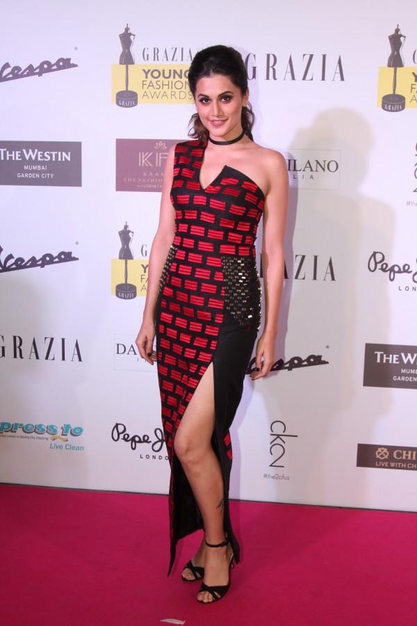 Sonam Kapoor Taapsee Pannu Sonakshi Sinha At Grazia Young Fashion Awards Photos