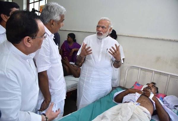 Narendra Modi,Narendra Modi visits Kerala,Narendra Modi visits Kerala temple tragedy site,Modi visits Kerala temple,Puttingal Devi temple,Peravur town,Chief Minister Oommen Chandy,Oommen Chandy,Kerala chief minister oommen chandy