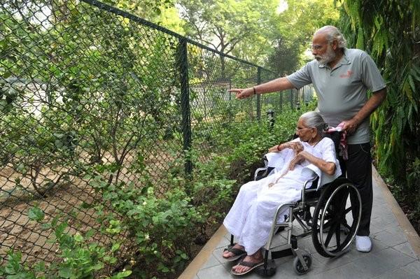 Narendra Modi,Prime Minister Narendra Modi,Narendra Modi with his mother,Narendra Modi mother,Modi tweets pictures with mother
