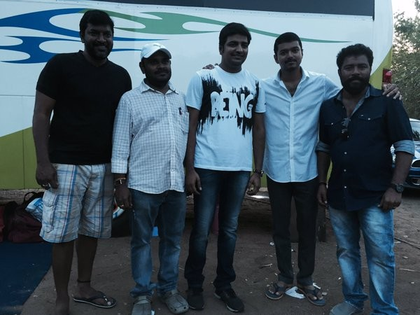 Vijay,Thalapathy 60,Sathish celebrates birthday with Vijay,Thalapathy 60 set,Thalapathy 60 on the sets,Actor vijay,Vijay at Thalapathy 60,Vijay pics,Vijay images,Vijay photos,Vijay stills,Vijay pictures,vijay,ilayathalapathy vijay,Vijay 60