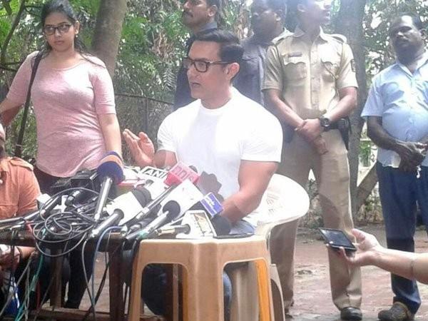 Aamir Khan celebrates Eid with Media,Aamir Khan celebrates Eid,Aamir Khan celebrates Eid festival,Aamir Khan,actor Aamir Khan,Aamir Khan latest pics,Aamir Khan latest images,Aamir Khan latest photos,Aamir Khan latest stills,Aamir Khan latest pictures