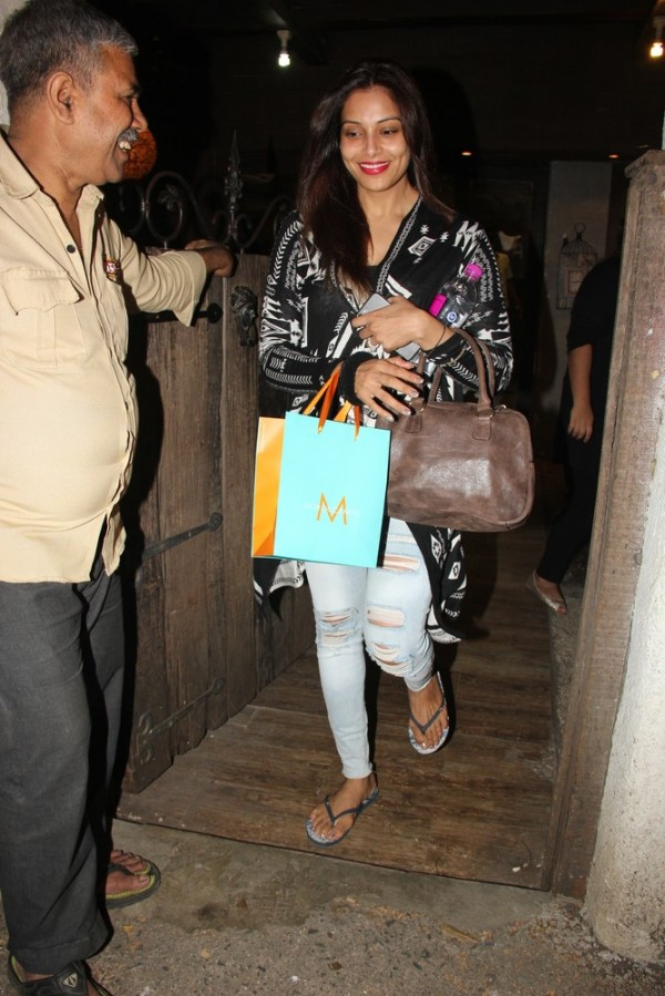 Bipasha basu spotted at aalim hakim salon in bandra for Aalim hakim salon delhi