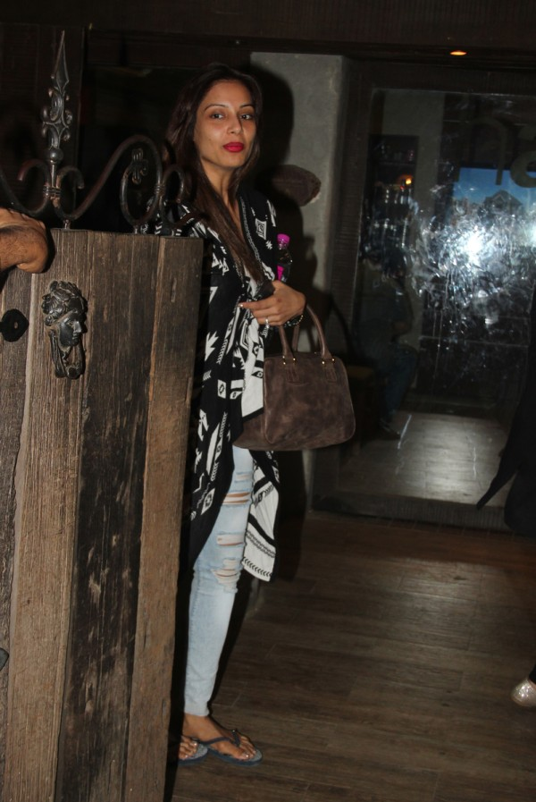 Bipasha basu spotted at aalim hakim salon in bandra for Aalim hakim salon