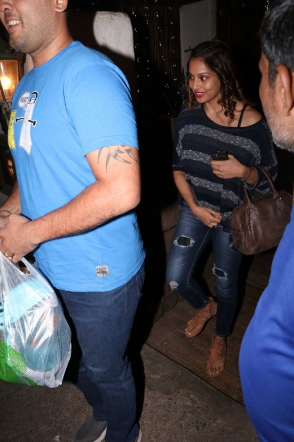 Bipasha basu spotted at hakim aalim 39 s studio photos for Aalim hakim salon mumbai