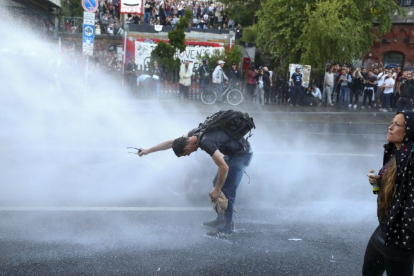 g20 protests police demonstrators clash in germany photos images gallery 69887. Black Bedroom Furniture Sets. Home Design Ideas