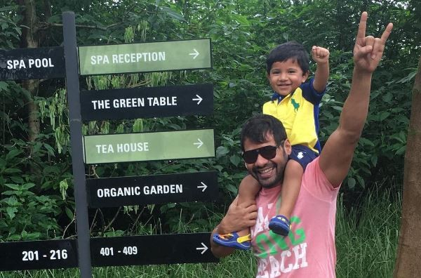 """Shabir Ahluwalia's work out sessions with son Azai. Pictured: """"Kumkum Bhagya"""" actor Shabir with his son."""