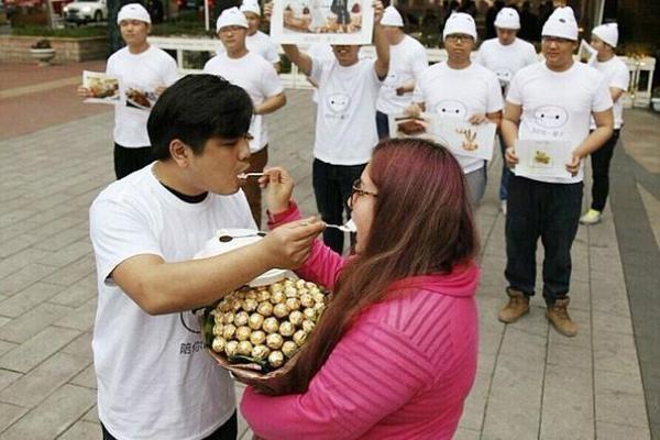 Boyfriend Fattens Girlfriend in China