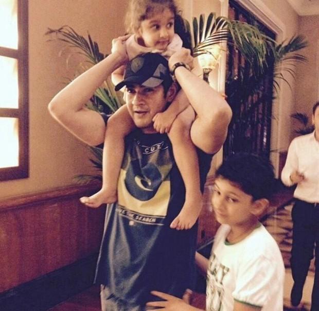 Mahesh Babu,actor Mahesh Babu,prince Mahesh Babu,Mahesh Babu with His Family,Sitara,mahesh babu daughter Sitara,mahesh babu daughter pics,mahesh babu son,Sitara Ghattamaneni,Mahesh babu Enjoying with His family Photos,mahesh babu with is kids,Gautham,mahe