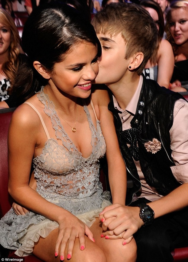 Selena Gomez Break Up: Ditches the Band, Bonds With The Biebs [SLIDESHOW]